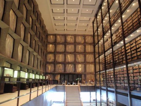 Beinecke Library, Yale University. Essa biblioteca guarda livros raros e manuscritos.