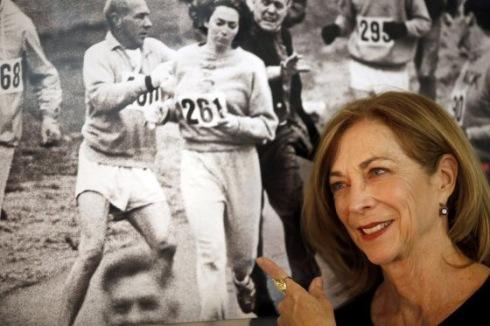 Kathrine Switzer, ao lado da foto que mudou a História do atletismo.